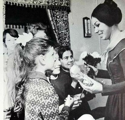 Mirella Freni ritratta durante una tournée di Bohème nel 1964 - Collezione Micaela Magiera