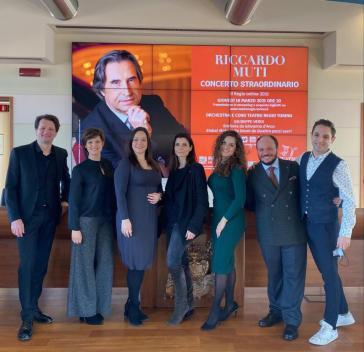 Da sinistra: Alessandro Luongo, Paola Gardina, Eleonora Buratto, Chiara Muti, Francesca Di Sauro, Marco Filippo Romano e Giovanni Sala - Photo credit: Andrea Guermani