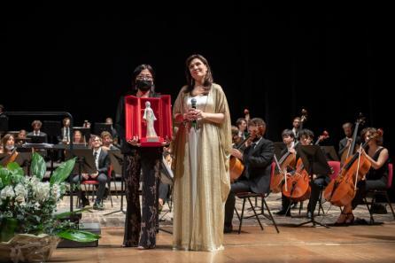 Da sinistra: la scultrice Alice Biba e il soprano Marina Rebeka al Teatro Comunale di Treviso