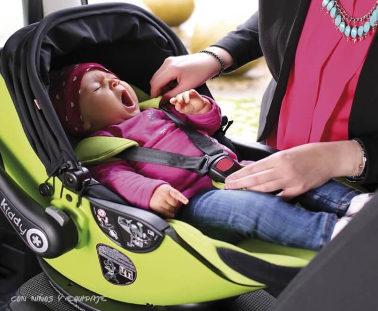 niños en el asiendo delantero del coche