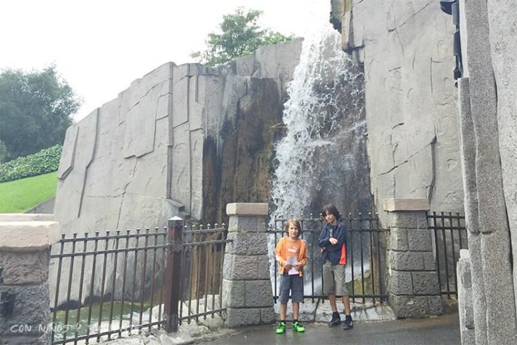 Entrada a la Guarida del Dragón en Disneyland París