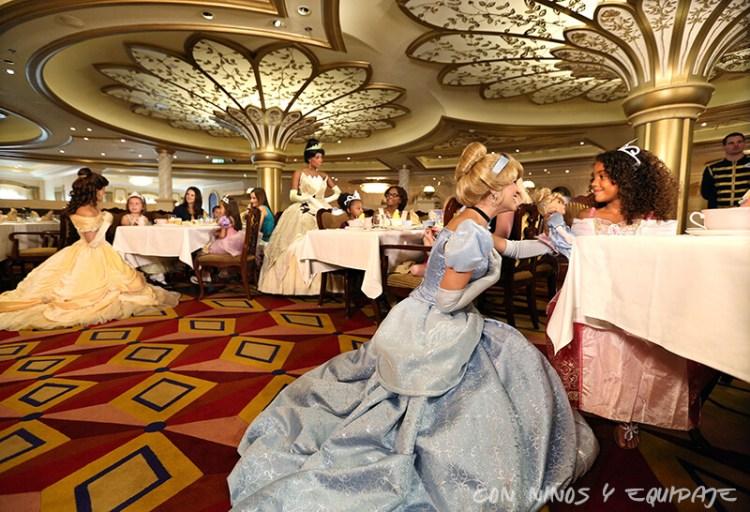 Cruceros Disney cena con Princesas