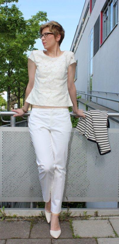 weiße Hose, Blumenshirt, weiße Schuhe, Streifenblazer
