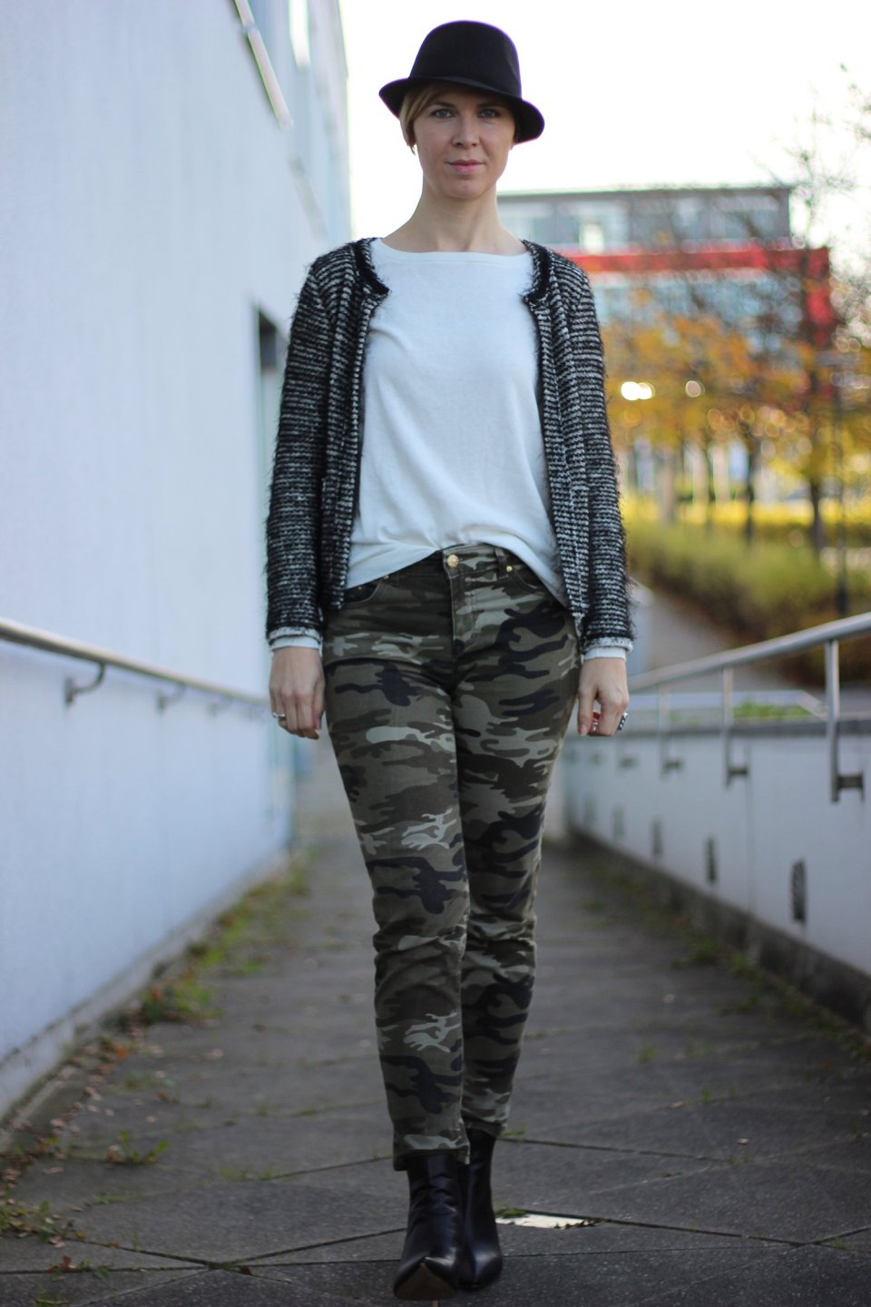 IMG_3609a_Camouflage_Hose_Mango_Trench_Chanel_RichandRoyal_blackandwhite_Booties_Stiefeletten