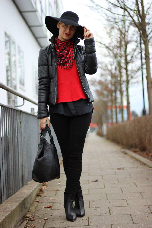 IMG_5749a_schwarzundrotmitHut_ConnyDoll_DorotheeSchumacher_7forallmankind_Jeans_