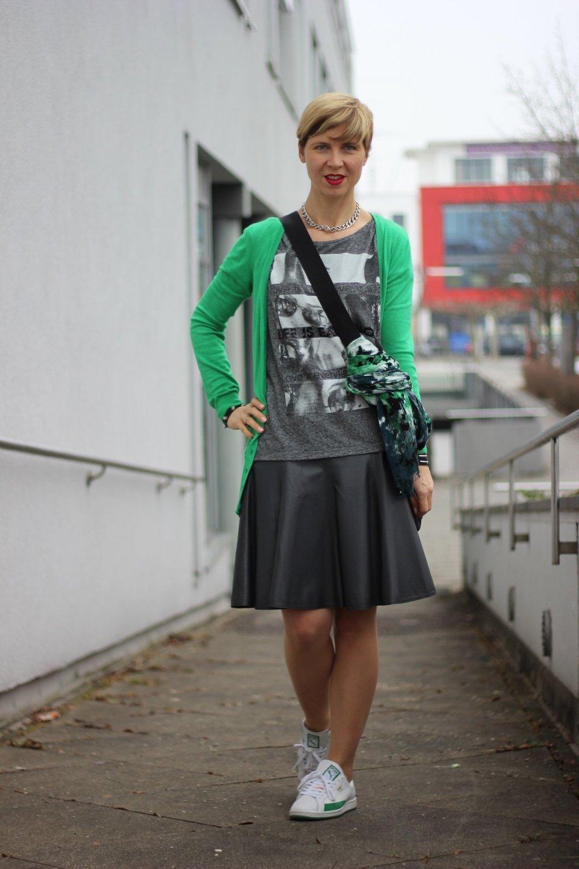 IMG_1265a_Schumacher_Lederrock_Green_Gruen_Grau_Nike_Sneakers_Tights_Strumpfhosen_Casual
