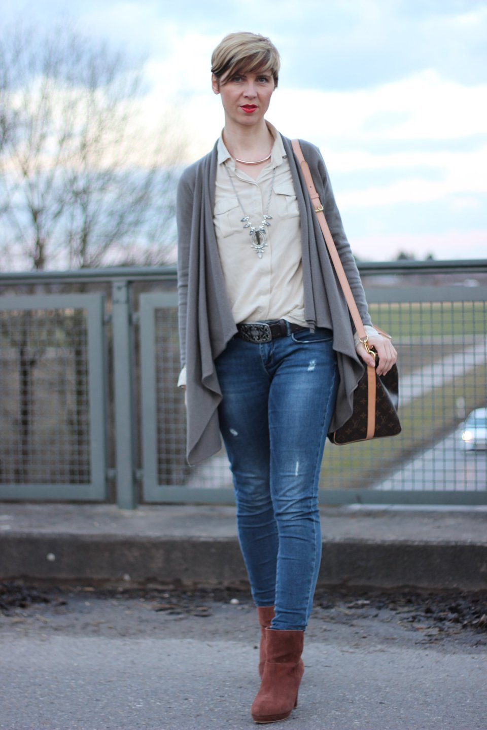 IMG_0890a_Cardigan_Boden_Only_Jeans_MarcoPolo_Bluse_StellaandDot_Kette_Office_buero