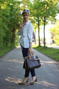 IMG_4109a_leo_leopumps_blue_blau_Lace_Spitze_Bluse_Stellaanddot_Outfit_AHemadundaHos_Conny_Fashion_Modeblog_Escada