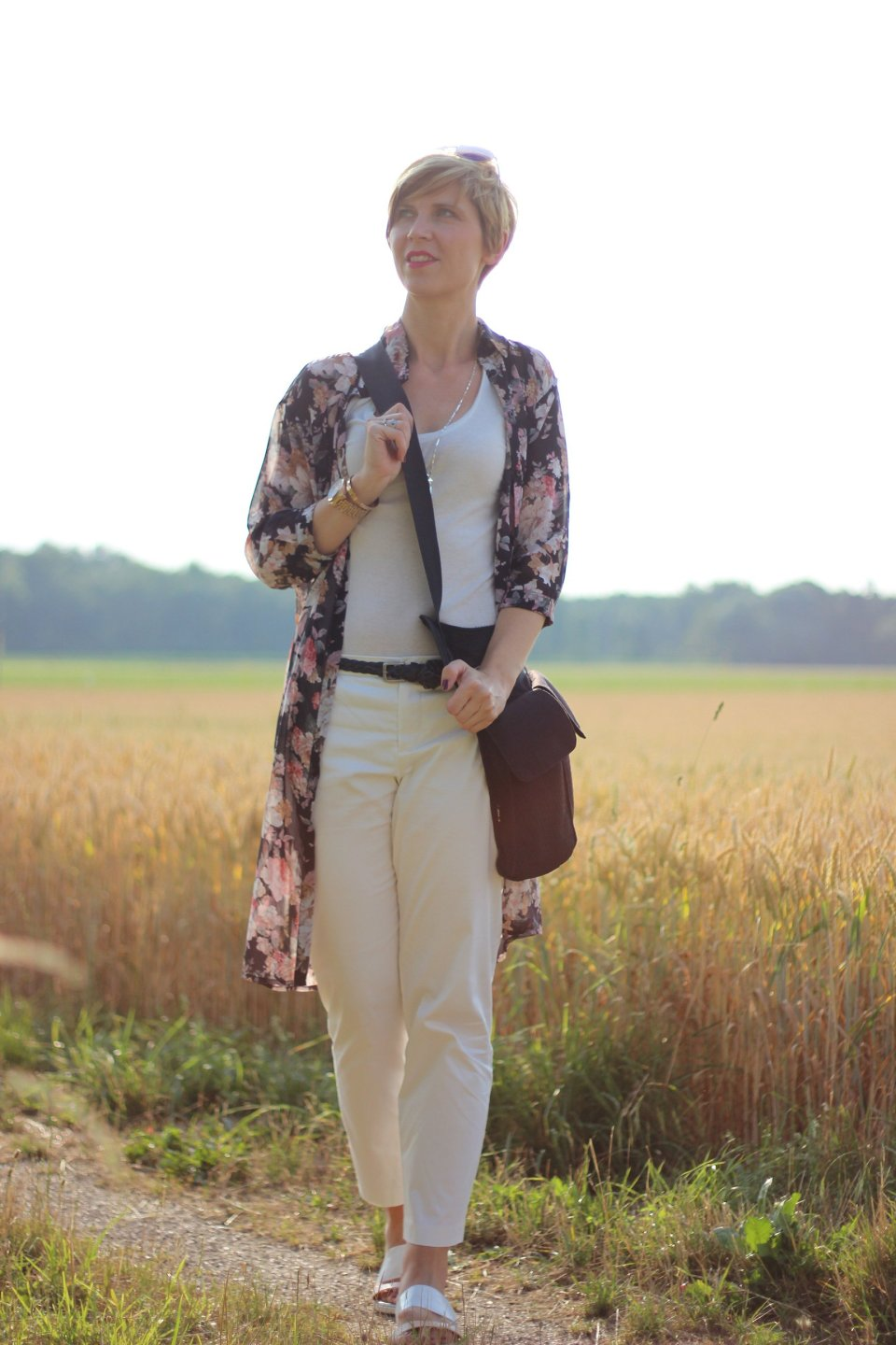 IMG_8006aLongbluse_Blumen_flowers_weisseHose_whitepants_oui_top_summer_fashion_aheamdundahos_conny_crossbodybag