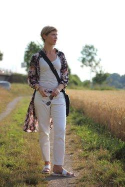 IMG_8030aLongbluse_Blumen_flowers_weisseHose_whitepants_oui_top_summer_fashion_aheamdundahos_conny_crossbodybag