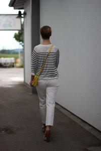 IMG_8213_vonhinten__OUI_hose_weisse_weiß_white_Streifen_stripes_blue_white_Marcopolo_H&M_Shirt