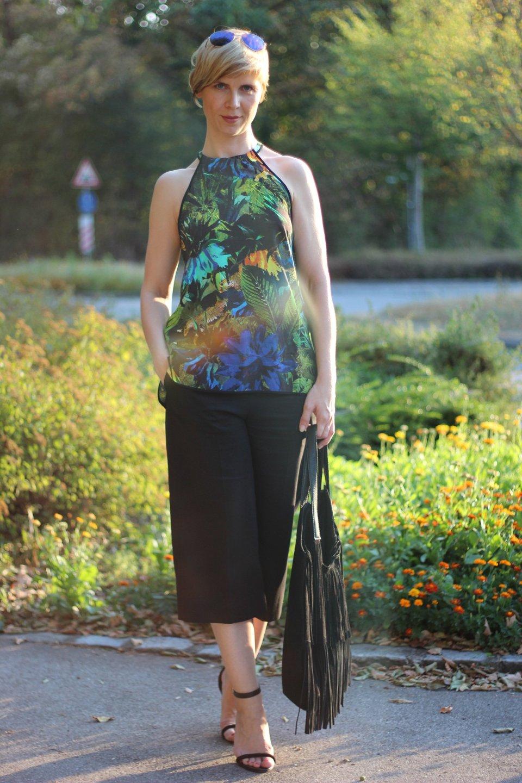 IMG_0057a_Cos_Culotte_H&M_Top_Ü40_Fashionblog_AHemadundaHos_Dschungelprint_Sandalen_Fransentasche