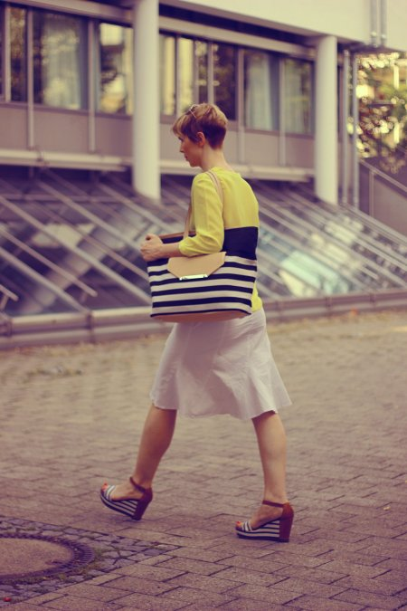 IMG_9783a_hallhuberBluse_SoitRock_gelb_weiß_yellow_with_sommerlook_StellaandDot_MarcoPoloWedges.