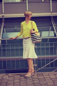 IMG_9794a_hallhuberBluse_SoitRock_gelb_weiß_yellow_with_sommerlook_StellaandDot_MarcoPoloWedges.