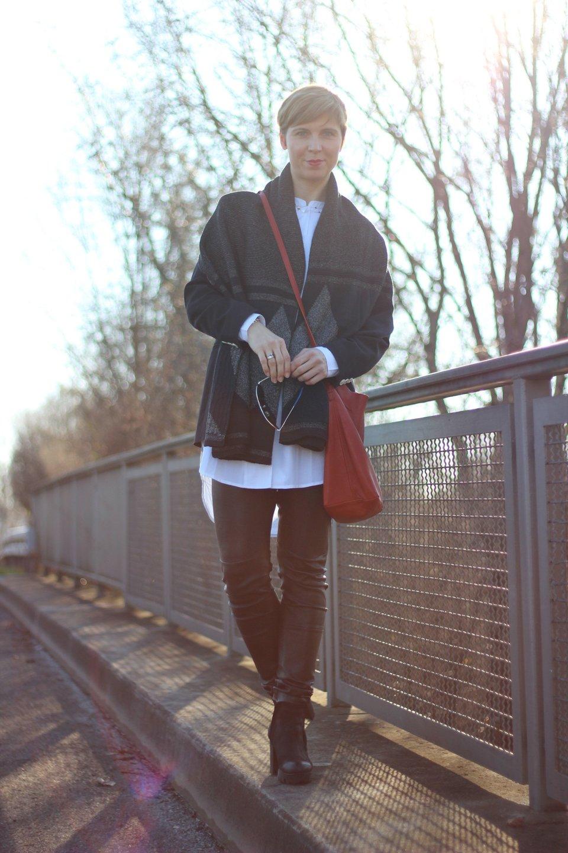 IMG_9221a_Lederhose_Apart_SoftRebel_Bluse_White_cape_schal_gaastra_blackandwhite_Leatherpants_Apart_Felmini_Shoes