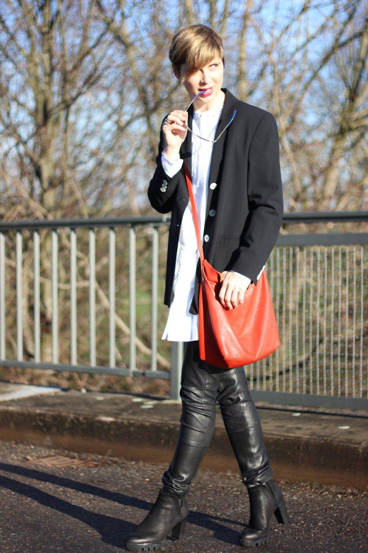 IMG_9256a_Lederhose_Apart_SoftRebel_Bluse_White_cape_schal_gaastra_blackandwhite_Leatherpants_Apart_Felmini_Shoes