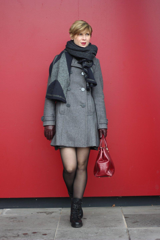 Rock - Woche: Mantel, Strumpfhose, Boots, Tasche von Michael Kors, Burgunderrot - auch die Handschuhe