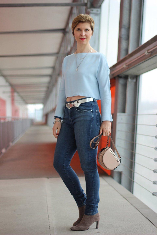 Bauchfrei, Highwaist-Jeans, hellblau, Lederjacke, Stiefeletten
