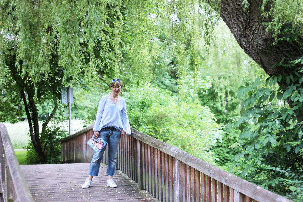 DIY-Jeans, Culotte, Zara-Bluse, Trompetenärmel, casual, sneaker, weiß, Streifen, Conny im Grünen