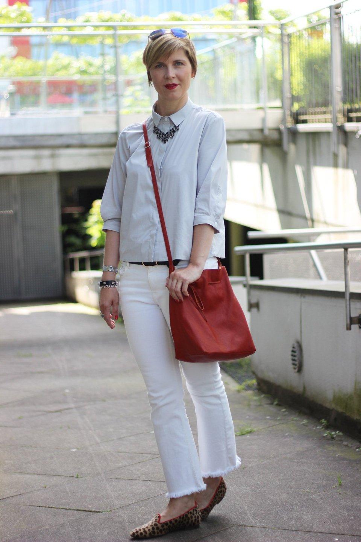 IMG_0417a-Eterna-Bluse-ConnyDoll-ü40-Fashionblogger-Outfitblogger-Alinie-leoloafer-Fransenjeans-redbag-roteTasche-Knitterfalten