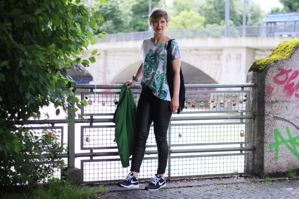 Sommerlook in grün, Conny Doll, ü40Fashion, Outfitblog, Lederhose, Rituals, Oversized Shirt, Boss Orange, Sneaker, casual