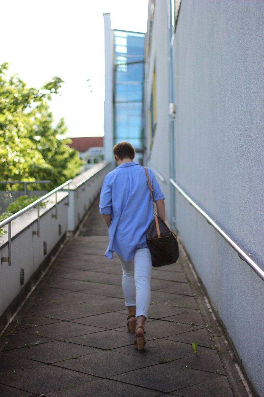 Conny Doll, sportliches Outfit, weiße Hose, Eiffelturmshirt, Frühlingsoutfit, casual, Boden, hellblaues Hemd, Louis Vuitton Tasche, Paul Green Wedges