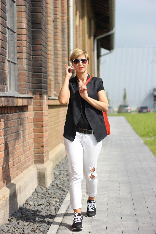 schwarz-weiß, lässig, Conny Doll, Weste, Dorothee Schumacher, used look, destroyed jeans, weiße jeans, nike, sneakers, rote Tasche, ü40, fashionblog