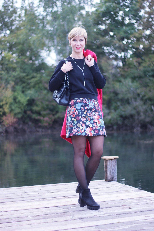 Minirock, Sechziger Jahre, schwarzes Sweatshirt, Conny Doll, Ankleboots, Blumenprint, schwarz, Munichblogger, roter Mantel, All Saints, River Island, Asos, Strumpfhose