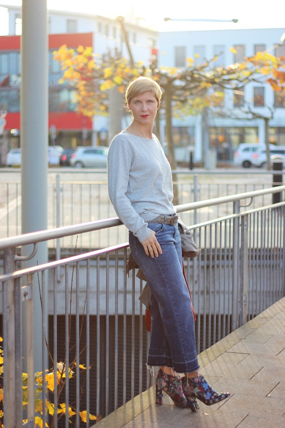lässige Eleganz, Tchibo, Conny Doll, roter Mantel, Strick, leichter Strickpullover, grau, casual, Herbstlook, cropped Jeans, Booties