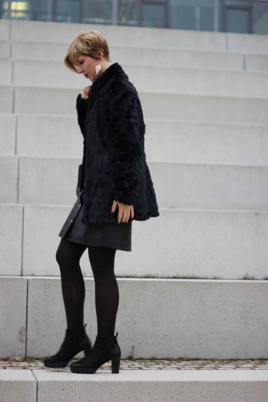 goldene Strumpfhose, Lederrock, allblack, Bluse, schwarz, transparent, voilant