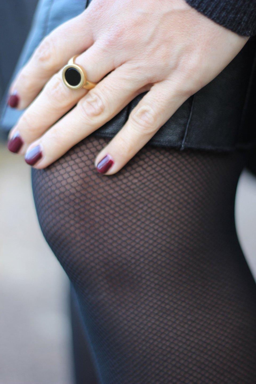 Netzstrumpfhosen, schwarz, Detail, Knie, Nagellack, fakeleder, fake leather