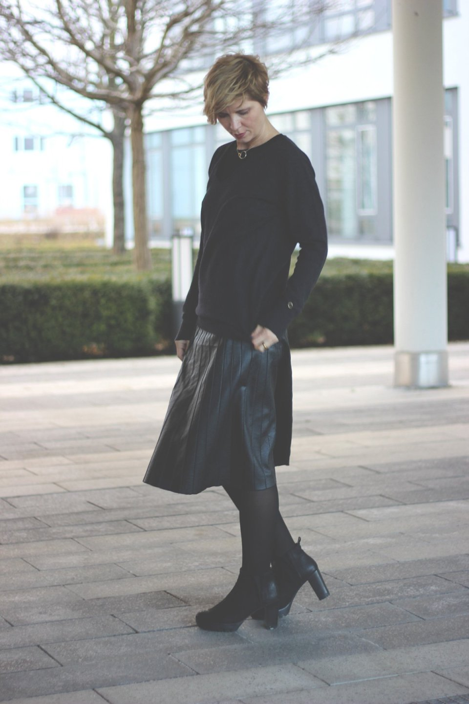 img_3214a-allblack-faltenrock-pleated-skirt-cashmere-pullover-neyo