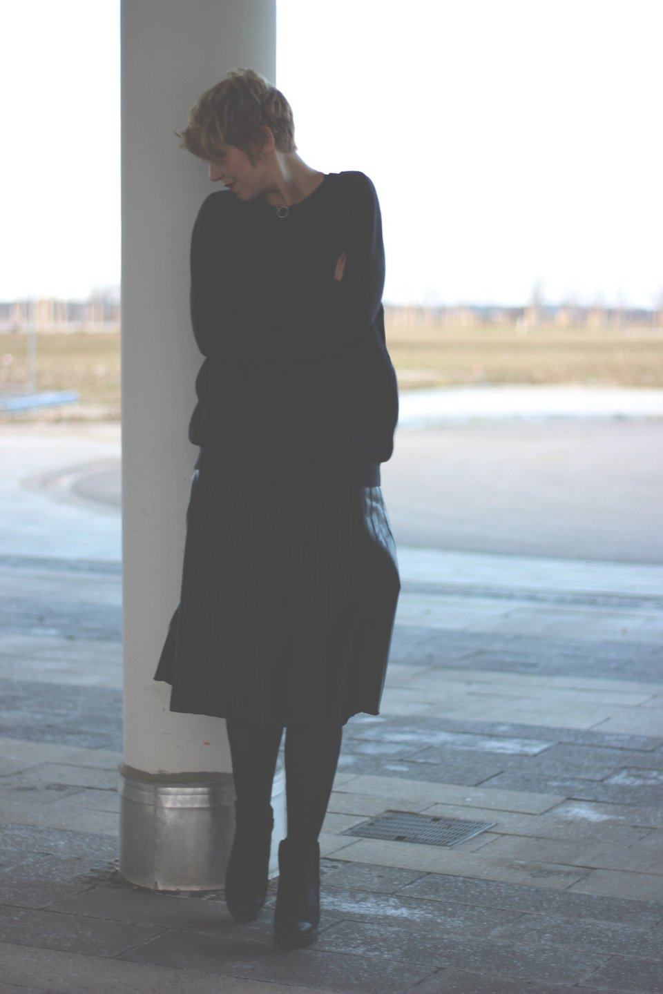 Fake leather, faltenrock, pleated skirt, schwarz, black, Tipp, Netzstrumpfhosen, Cashmere, Pullover, Boyfriendpullover