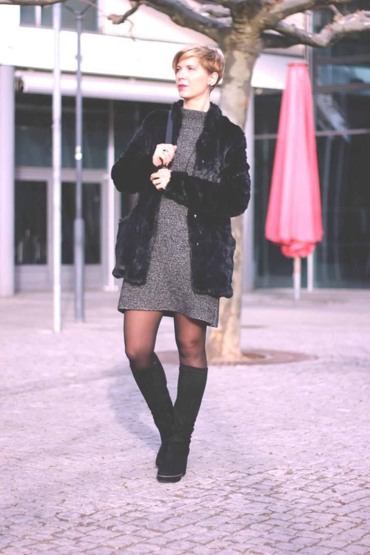 Kleider im Winter, Zara, Sixties Style, A-Linie, Sence Copenhagen, Stiefel, Tamaris, Gold, Rucksack, Fakefur, Pelzjacke,
