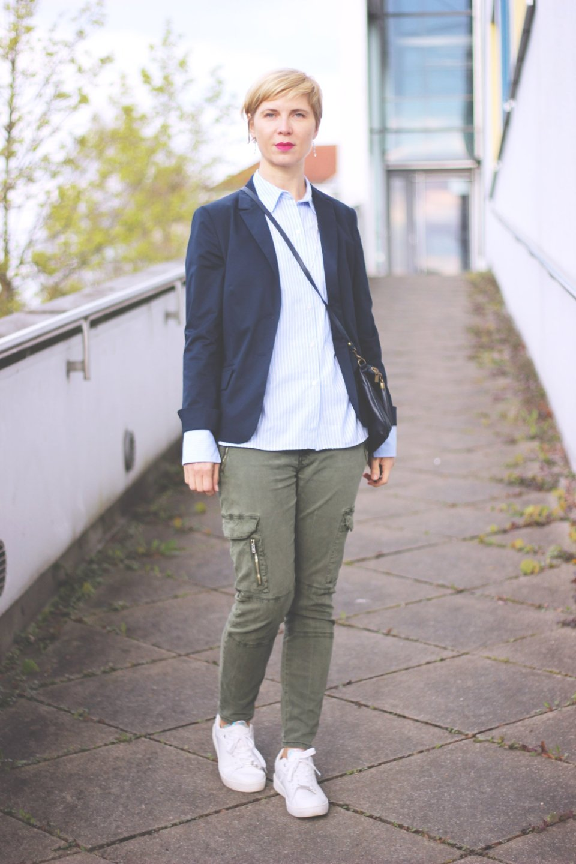 Wechselschuhe - sneakers und pumps, cargohose, blazer, bluse, conny doll, fashionblogger, münchen