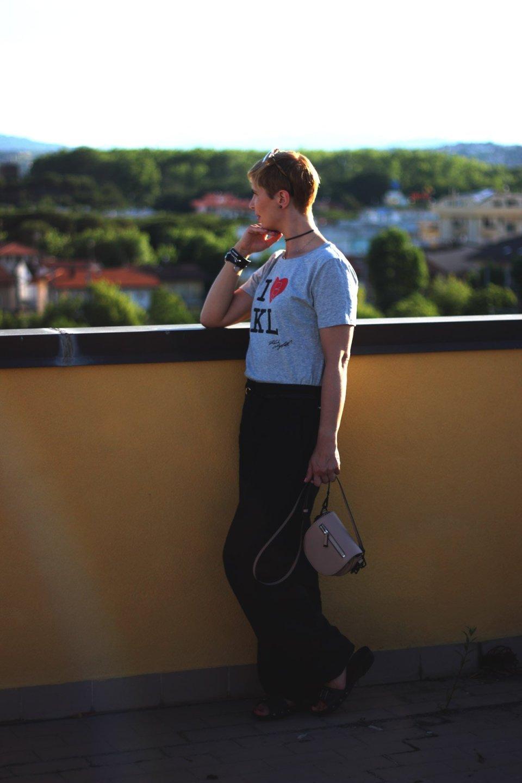 Tipps für Urlaub mit Freunden, KL-Shirt, weite Leinenhose, flache Schuhe, Conny Doll, Italienurlaub, Misano Adriatico
