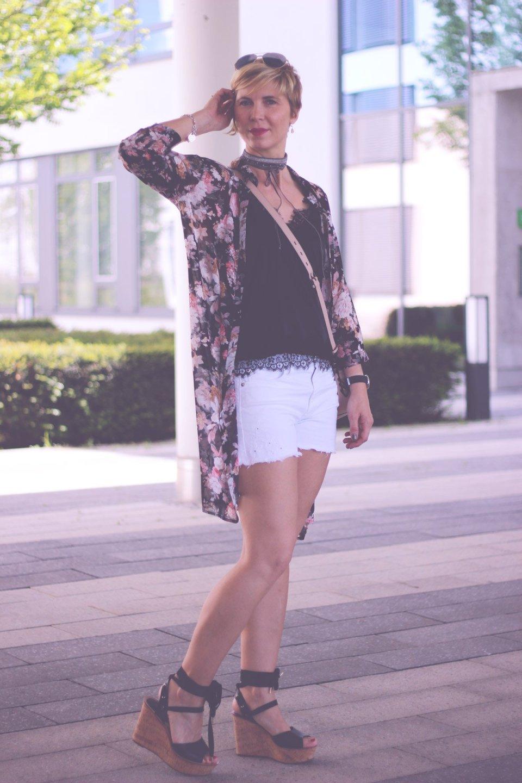 Welche Sommerkleidung kann ich ü40 tragen? Conny Doll, Portraet, Blog, Modeblog, Shorts, Denim, Spitzentop, Blumen, Longbluse