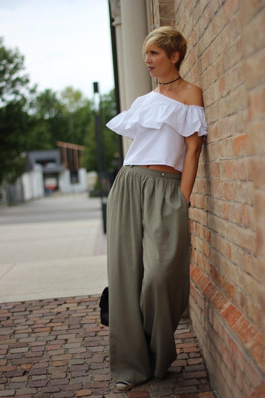 One-Shoulder-Bluse, weite Hose, Palazzohose, Conny Doll, weiße Bluse, Rüschen, Volant, Espandrillo