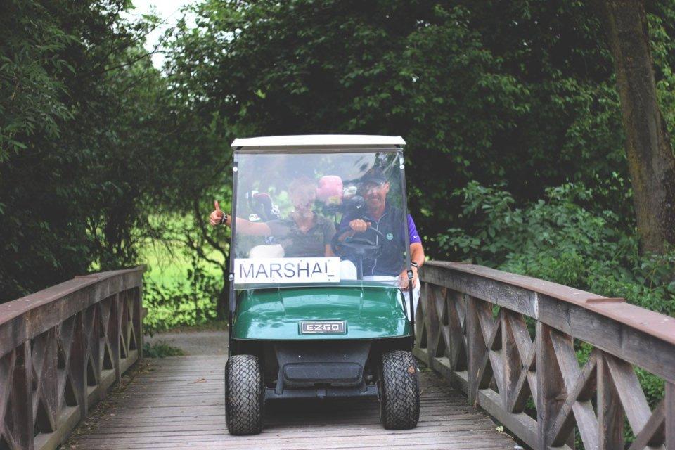 Golfclub Sagmühle, Conny Doll spielt Golf, mit Mathias Probst im Marshal-Cart,