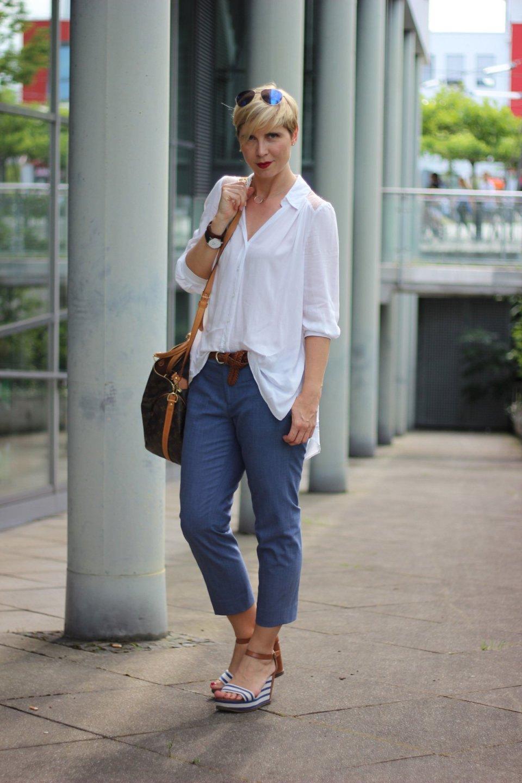 Bluse mit Spitzeneinsatz, blau, 7/8-Hose, casual,