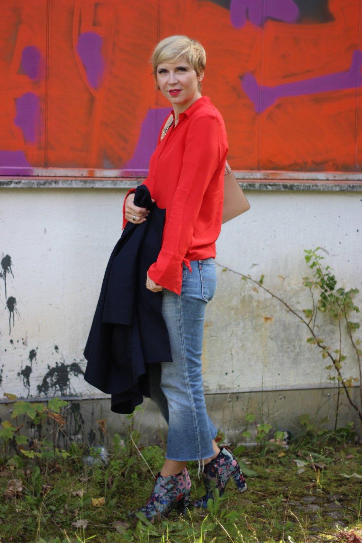 Seidenbluse mit Statementärmeln, Blazer, 7/8-Jeans, Karl Lagerfeld Tasche, Sam Edelman Booties,