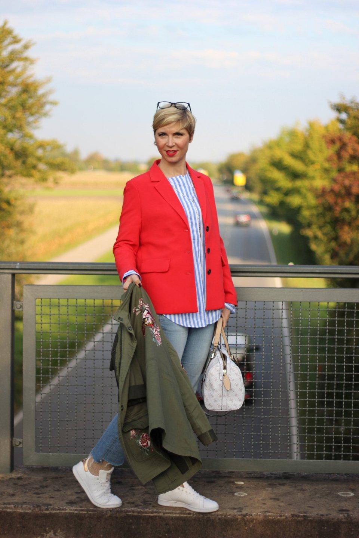 roter Blazer, 7/8-Hose, Jeans, DIY-Denim, gestreifte Bluse, Sneaker,