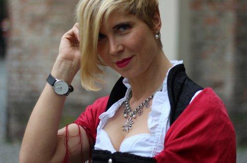 Dirndl aufgemascherlt mit einem Blumengürtel, Karin Kolb, Trachtenmanufaktur, Dirndlschürze, München, Sendlinger Tor