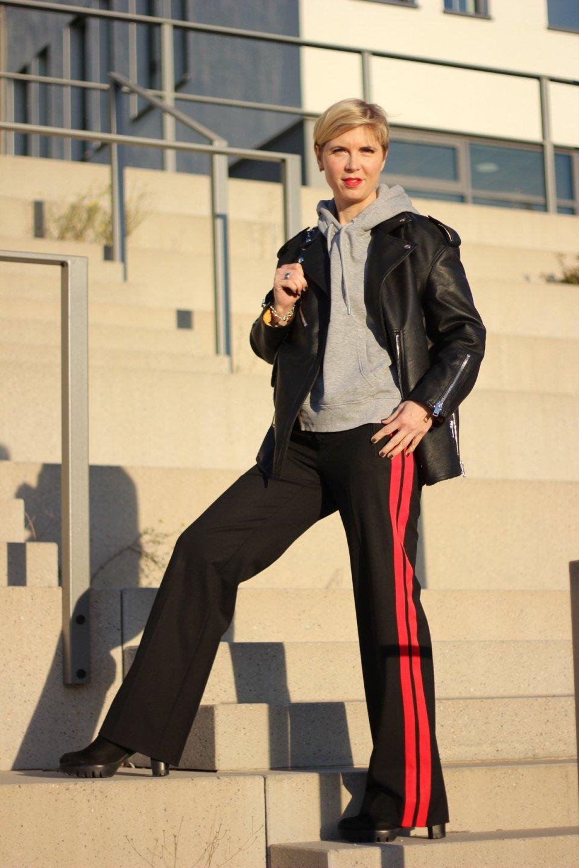 Athleisure-Wear, Jogging-Style, roter Seitenstreifen, Hoodie, Herbstlook 2017, Lederjacke, Zara, sportlich, casual, Conny Doll