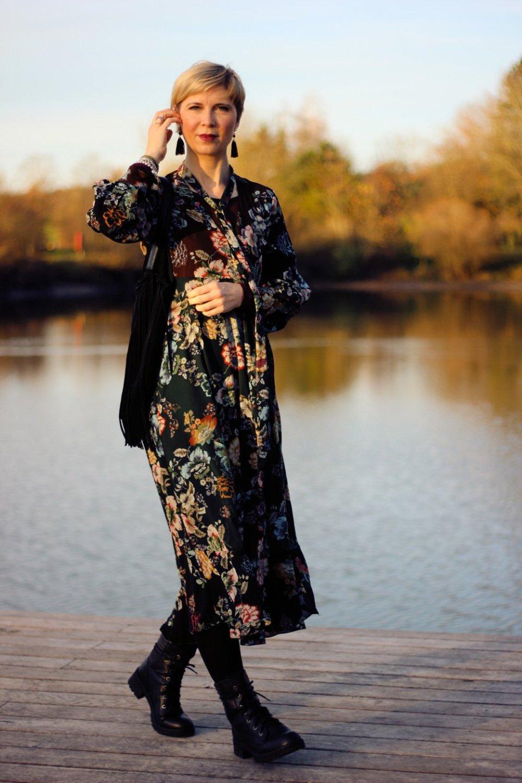 Dieses Foto illustriert einen Beitrag über die Kommentarkultur auf meinem Blog und mein hässliches Kleid ist von Zara und ich habe es mit einem Moto-Jacket und Boots kommentiert. Ich mag den Stilmix
