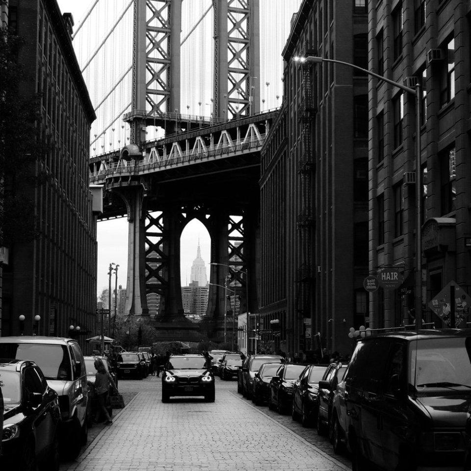 Foto von der Brooklyn Bridge mit einem BMW im Vordergrund
