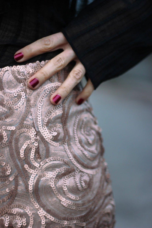 Detailbild, Bleistiftrock, transparente Bluse, festlicher Look, elegant, pumps, shapeware, Zauberwäsche für Drunter,