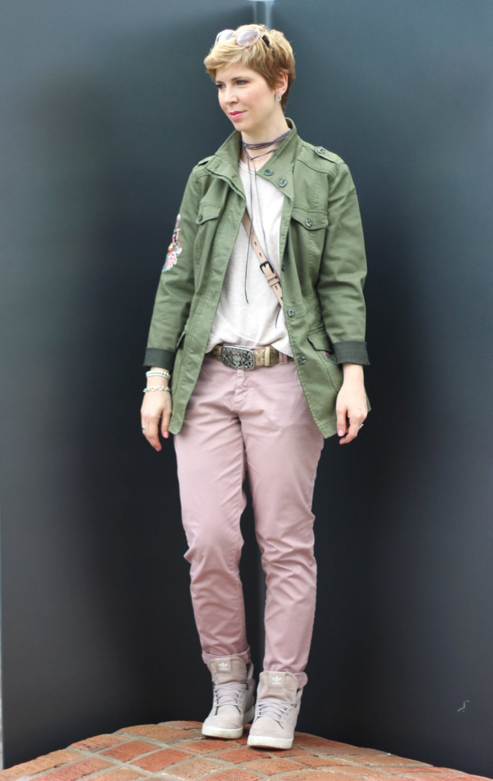 Conny Doll Lifestyle: Beige und Rosa, Frühlingslook, Choker, Chino, Sneaker,