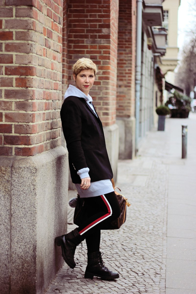 Conny-Doll-Lifestyle: Long-Hoodie, Goldschnitte, Dauerallure, Boyfriendblazer, Legging, Seitenstreifen, Boots, Frühling