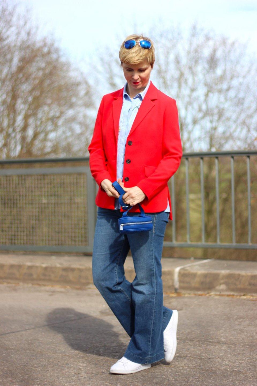 Conny Doll Lifestyle: Blazer, Wie trage ich eine Gürteltasche, Tragevarianten, Flaredleg Denim, Rot, Blau, Sneaker,